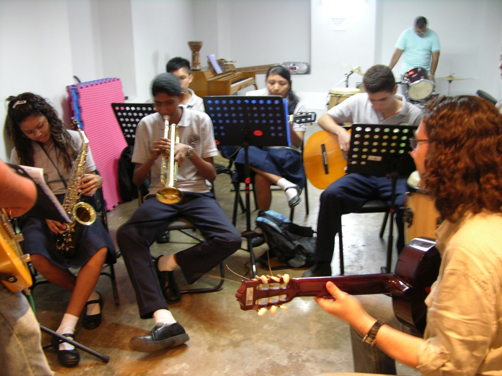 Oscar Peñas teaching at Fundación Danilo Perez